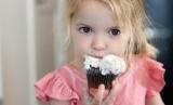 Anak-anak sangat gemar menyantap makanan manis.