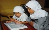 Mendidik anak harus disesuiakan dengan perkembangan usia dan mentalnya.Anak Belajar Mengaji dan membaca Alquran (ilustrasi).