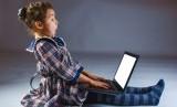 Upaya kejahatan phising tak hanya mengancam orang dewasa, tetapi juga anak-anak, khususnya yang memiliki email pribadi (Foto: ilustrasi anak bermain komputer)