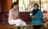 Anak dan Menantu sedang minum Teh dan Mengobrol di ruang Tamu (ilustrasi).