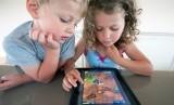 Anak main gadget. Ilustrasi