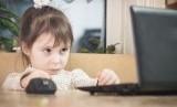 Anak main internet. Ilustrasi