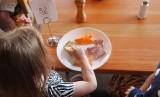 Anak belajar makan bergizi seimbang dari orang tuanya.
