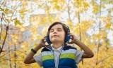 Anak mendengarkan musik.