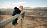 Anak perlu dibiarkan bereksplorasi, tapi jika sudah membahayakan orang tua boleh melarangnya dengan mengatakan jangan.