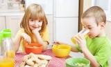 Anak sarapan dengan makanan sehat (Ilustrasi)