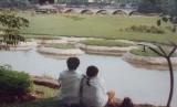 Anak Sekolah sedang Pacaran di Pinggir sungai (ilustrasi).
