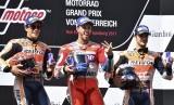 Andrea Dovizioso (tengah) berhasil menjuarai GP Austria, Ahad (13/8).