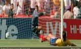 Andres Escobar (kanan), defender timnas Kolombia, membuat gol bunuh diri.