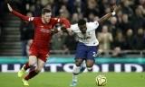 Andrew Robertson dan Serge Aurier berebut bola pada laga Tottenham Hotspur melawan Liverpool di Tottenham Hotspur Stadium, London,  Ahad (12/1) dini hari.