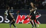 Angel Di Maria (kanan) merayakan golnya ke gawang Napoli.
