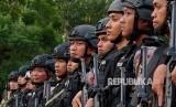 Anggota Brimob Polda Jateng berbaris pada apel kesiapan pengamanan pemungutan suara Pilgub Jateng, di Semarang, Jawa Tengah, Senin (25/6).