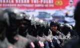 Anggota Brimob POLRI mengikuti Apel Patroli Skala Besar TNI-Polri di JIExpo, Kemayoran, Jakarta Pusat, Ahad (14/4/2019).