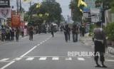 Anggota Densus 88 melakukan penjagaan, saat reka ulang penangkapan terduga teroris di Jalan Kaliurang, Ngaglik, Sleman, DI Yogyakarta, Kamis (22/11/2018).