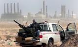 Anggota gerilyawan antipemerintah memegang senjata antiserangan udara di depan kilang minyak Ras Lanouf, di timur Libya, 5 Maret 2011.
