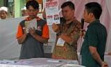 Anggota Kelompok Penyelenggara Pemungutan Suara (KPPS) melakukan penghitungan surat suara saat pemungutan suara