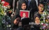 Anggota keluarga Ipda Auzar yang menjadi korban penyerangan Mapolda Riau menangis ketika acara pemakaman di Pekanbaru, Riau, Rabu (16/5).