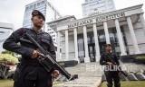 Anggota kepolisian melakukan penjagaan jelang sidang putusan Perselisihan Hasil Pemilihan Umum (PHPU) di Gedung Mahkamah Konstitusi (MK), Jakarta, Rabu (26/6/2019).