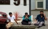 Anggota masyarakat yang berduka duduk di tepi jalan setelah penembakan yang mengakibatkan banyak kematian dan cedera di Masjid Al Noor di Deans Avenue di Christchurch, Selandia Baru, (15/3 2019).