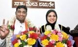 Mysuru Miliki Wali Kota Wanita Muslim Pertama. Anggota Partai Janata Dal (Secular) Tasneem (kanan) menjadi wali kota Muslimah pertama di Mysuru City Corporation (MCC) di negara bagian Karnataka, India. Dia berpose bersama wakilnya.