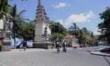 Anggota Pecalang atau satuan pengamanan adat Bali memantau situasi jalan pantai saat pelaksanaan Hari Raya Nyepi di Pantai Kuta, Bali, Senin (31/3).