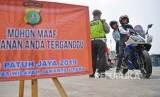Anggota Polisi Satlantas Wilayah Jakarta Utara melakukan Operasi Patuh Jaya 2019 di Jalan Mangga Dua Raya, Jakarta Utara, Kamis (29/8/2019).