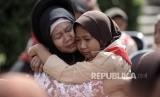Anggota Pramuka berpelukan dengan ibunya usai membasuh kaki ibunya dalam acara kwartir nasional gerakan pramuka 'Membasuh kaki Ibu' di Taman Rekreasi Wiladatika, Jakarta Timur, Rabu (21/12).