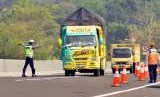 Anggota Satlantas Polres Semarang menghentikan sebuah truk yang tengah melintas di jalan tol ruas Semarang-Ungaran, saat digelar operasi penertiban kendaraan Over Dimension dan Over Load (ODOL).