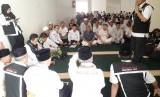 Anggota Tim Linjam PPIH Arab Saudi, Rustam Effendi Hasibuan memberikan edukasi kepada jamaah haji di Kloter 2 BPN di Hotel 914 tentang keamanan, Senin (22/7) sore.).