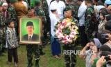 Anggota TNI membawa foto Almarhum KH. Hasyim Muzadi saat proses pemakaman di komplek Pondok Pesantren Al-Hikam, Depok, Jabar, Kamis (16/3).