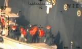 Angkatan Laut AS mengatakan, anggota AL Garda Revolusi Iran memindahkan sebuah ranjau magnet dari dekat tanker Kokuka Courageous milik Jepang. Foto diambil dari helikopter AL AS.