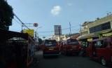 Angkutan kota yang berhenti di depan Stasiun Bekasi dinilai Retizen membuat macet