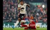 Anthony Martial melewati adangan Jordan Henderson pada laga Liverpool melawan Manchester United di Anfield Stadium, Liverpool, Senin (20/1) dini hari WIB.