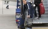 Antoine Griezmann membawa tasnya saat tim nasional Prancis tiba di bandara internasional Sheremetyevo, di luar Moskow, Rusia, Ahad (10/6). untuk bertanding di Piala Dunia 2018 di Rusia.