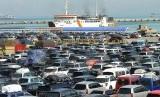 Antrean sejumlah kendaraan pribadi yang akan menyeberang ke Bakauheni, di Pelabuhan Merak, Banten (ilustrasi). Pelabuhan Merak-Bakauheni diprediksi lebih padat selama musim libur Natal. (Republika/Prayogi)