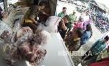 Antrean warga membeli sembako murah jelang natal dan tahun baru (Ilustrasi).