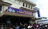 Antrean warga membludak di Kantor Samsat Kota Bekasi, Jalan Ahmad Yani, Kamis (5/1). Antrean ini sampai menimbulkan kemacetan lalu lintas sepanjang +/- 150 meter di depan Kantor Samsat.