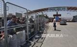 Antrean warga Suriah yang tinggal di Turki menunggu dibukanya pintu perbatasan dengan Suriah di dekat Kota Kilis, Turki, Selasa (13/6). Secara berkala pemerintah Turki membuka perbatasan memberi kesempatan pengungsi Suriah mengunjungi kampung halamannya untuk menjalankan ibadah puasa dan hari raya Idul Fitri.