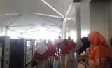 Antusiame warga saat menjajal uji coba gratis Lintas Rel Terpadu (LRT) di Stasiun Boulevard Utara, Jakarta, Selasa (18/6).