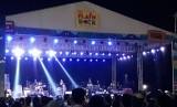 Antusiasme pengunjung menyaksikan konser Naif dan Jamrud di Ancol, Ahad (21/4).