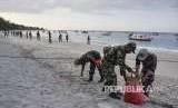 Aparat TNI  membersihkan sampah di pantai wisata Gili Trawangan, Desa Gili Indah, Pemenang, Tanjung, Lombok Utara, NTB (ilustrasi)