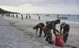Aparat TNI membersihkan sampah di pantai wisata Gili Trawangan, Desa Gili Indah, Pemenang, Tanjung, Lombok Utara, NTB, Rabu (8/8).