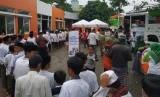 Armada Humanity Food Truck 2.0 Global Zakat Aksi Cepat Tanggap (ACT)saat mendistribusikan 1.000 paket makanan untuk kaum dhuafa dan fakir miskindi Kelurahan Jatisari, Kecamatan Mijen, Kota Semarang, Ahad (24/3).