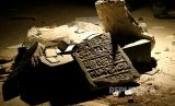 Artefak bertuliskan huruf arab peradaban Mesopotamia periode Islam di Museum dirusak pasukan ISIS di Irak