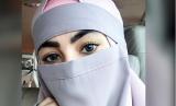 Artis Kartika Putri yang mencoba memakai niqab atau cadar dan mengalami perlakuan tidak menyenangkan di bandara, Selasa (13/3).