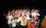 Asma Nadia berfoto bersama para penggemarnya seusai nobar film Bunda, Kisah Cinta 2 Kodi di Balikpapan.