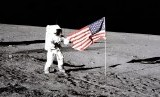 Astronaut Charles Conrad Jr berdiri di samping bendera AS dalam misi menggunakan Apollo 12 pada 14 November 1969.
