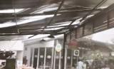 Atap Rasuna Garden Food Street rusak akibat angin kencang, Senin (10/12).