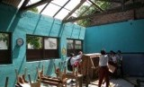 Para siswa SDN 2 Mlatinorowito Kudus belajar di tempat darurat. Atap sekolah dasar yang rusak (ilustrasi)