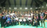 Atlet dan ofisial kontingen Musi Banyuasin (Muba) yang berhasil meraih juara umum pada Kejuaraan pencak silat Piala Ketua Umum PB IPSI Prabowo Cup di Padepokan Pencak Silat Indonesia Taman Mini Indonesia Indah (TMII).